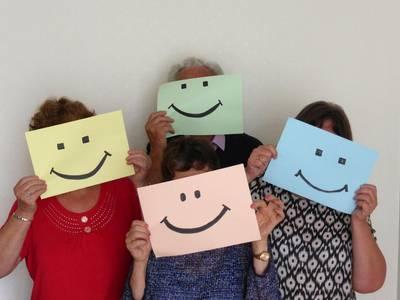 Personen-Gruppe mit Smiley-Gesichtern