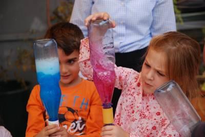 Kinder erfoschen das Prinzip eines Wirbelsturms