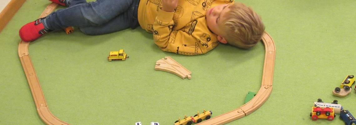Kindergartenkinder unterhalten sich über ein Buch.