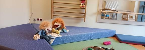 Ein Mädchen und ein Junge sitzen nebeneinander in einem kleinen Zelt.