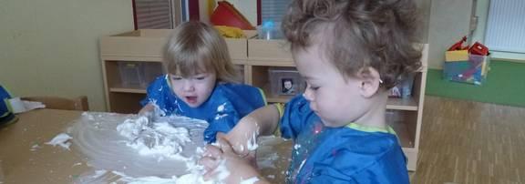 Junge und Mädchen bemalen die Scheibe