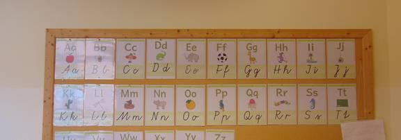 Jungs Kinder spielen mit Bayblade-Kreisel