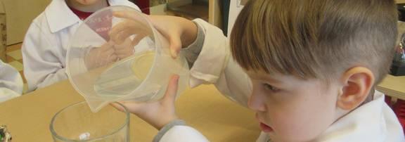 Zwei Krippenkinder spielen mit Konstruktionsmaterial