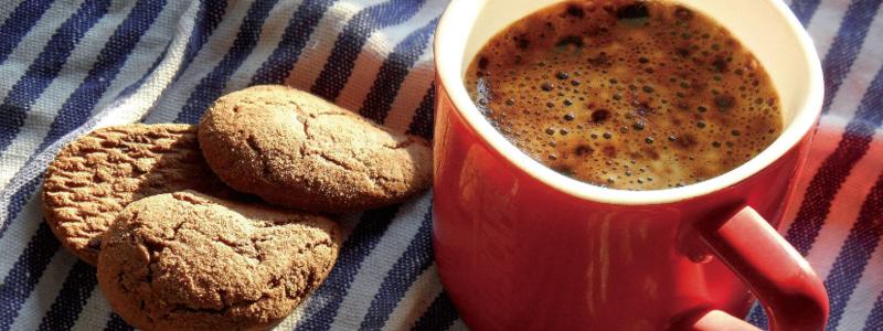 Kaffeebecher und Kekse