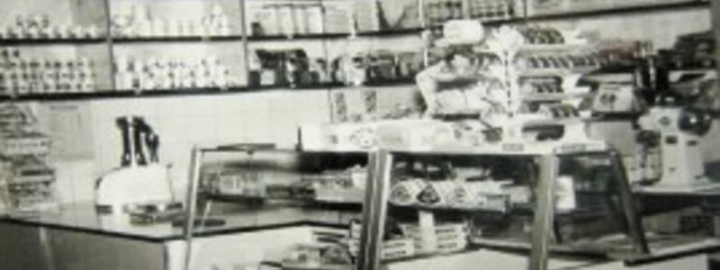 Schwarz-Weiß-Fotografie eines Verkaufstresens im Lebensmittelgeschäfts