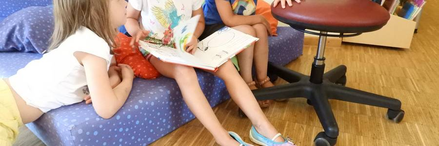 Kindergartenkinder kneten Salzteig.