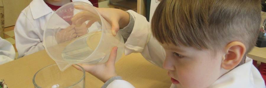 Mehrere Kinder spielen auf dem Außengelände